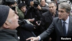 Экc-президент Украины Виктор Ющенко на улице Киева дискутирует с оппонентами