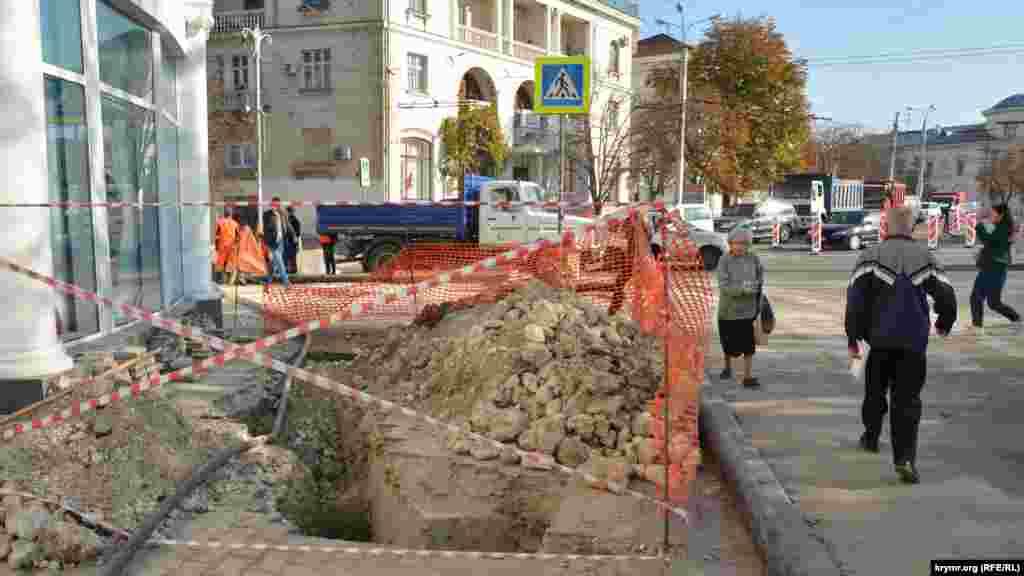 На тротуарі на перетині Великої Морської з вулицею Шмідта глибоку яму огородили тонкими стрічками