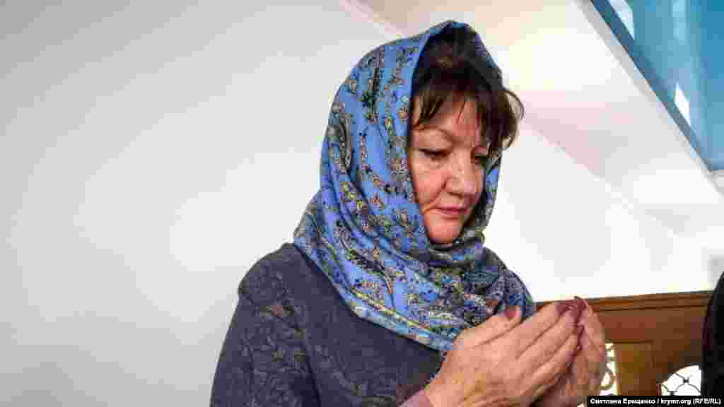 Edem Bekirovnıñ qadını Gülnara dua vaqtında