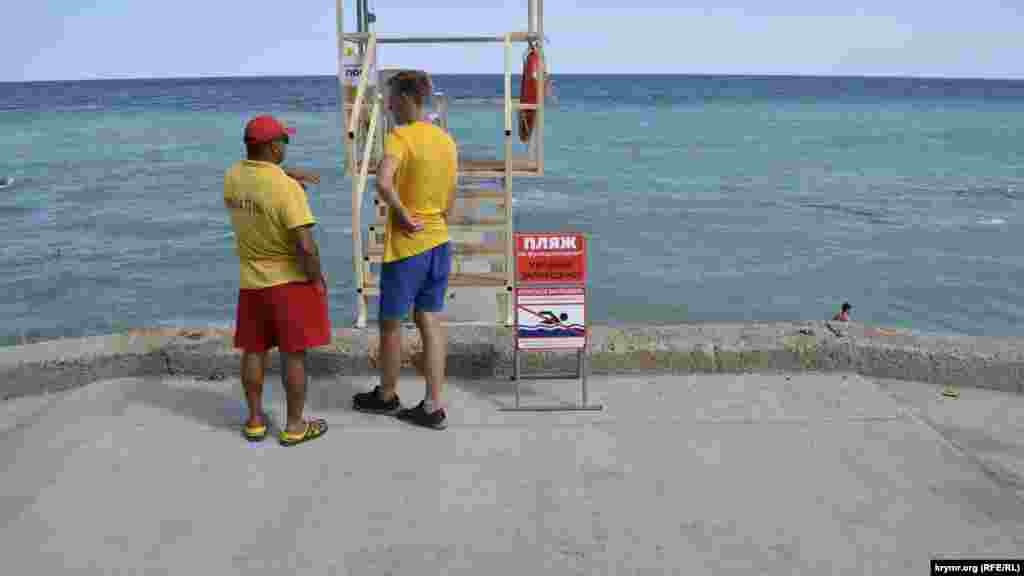 На пляжі встановлена роздягальня. Відразу ж за нею обладнаний безкоштовний душ. Однак туалету немає, шукати його необхідно на сусідніх пляжах. За ситуацією на пляжі стежать двоє рятувальників, поруч з якими встановлено табличку «Пляж не функціонує. Купатися заборонено»