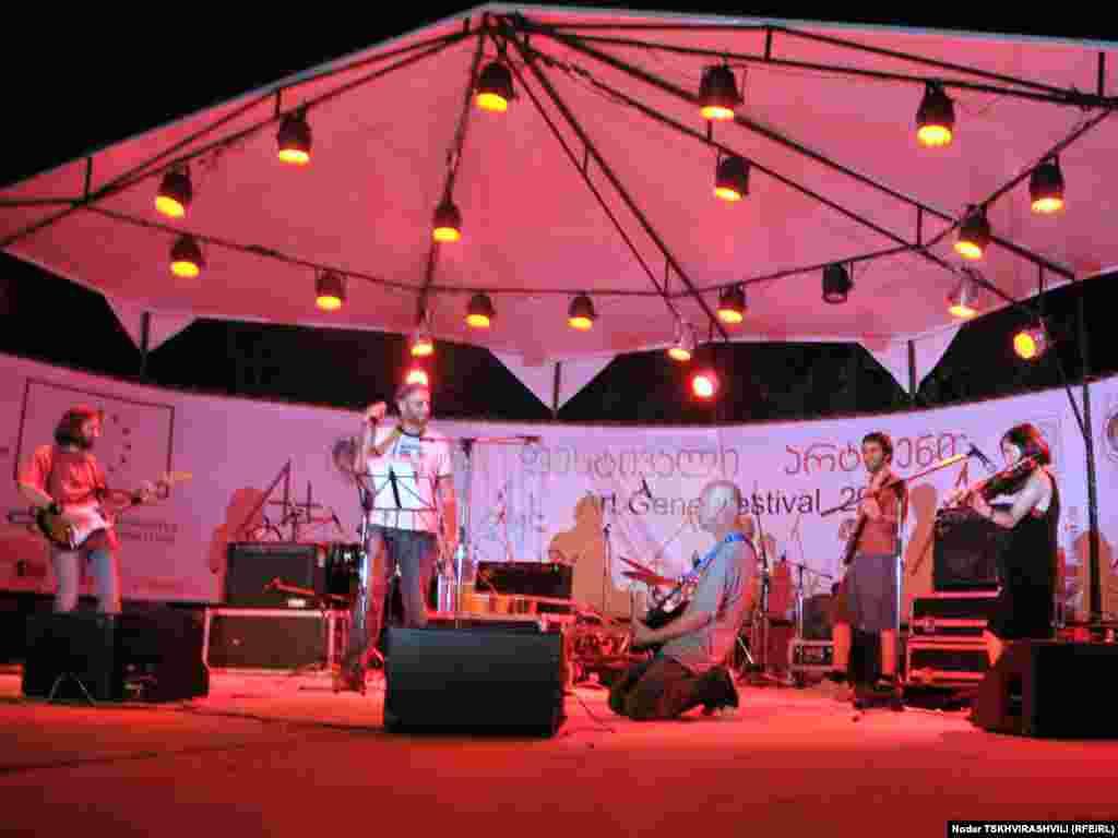 """""""არტ-გენი"""" თანამედროვე სიმღერებსაც უთმობს სცენას. - ფესტივალი """"არტ-გენი"""" 2004 წლიდან იმართება და მისი მიზანია ფოლკლორისა და ტრადიციების მოძიება და პოპულარიზაცია. ფესტივალში მონაწილეობენ ფოლკლორის, რეწვისა და ზეპირსიტყვიერების ოსტატები საქართველოს სხვადასხვა კუთხიდან. წელს ფესტივალი ქართულ ენასა და დამწერლობას ეძღვნება და დასკვნითი ნაწილი თბილისის ეთნოგრაფიულ მუზეუმში იმართება."""