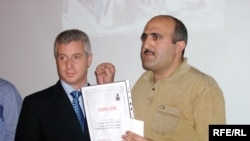 Correspondent Babek Bekir (right) receiving the Elmar Huseynov Award