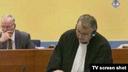 Ratko Mladić i branitelj Miodrag Stojanović u sudnici