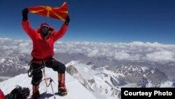 Македонскиот алпинист Здравко Дејановиќ на врвот К-2 на Хималаите.