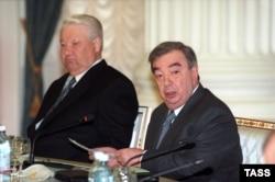 Президент Росії Борис Єльцин (ліворуч) і голова російського уряду Євген Примаков. Москва, 5 травня 1999 року