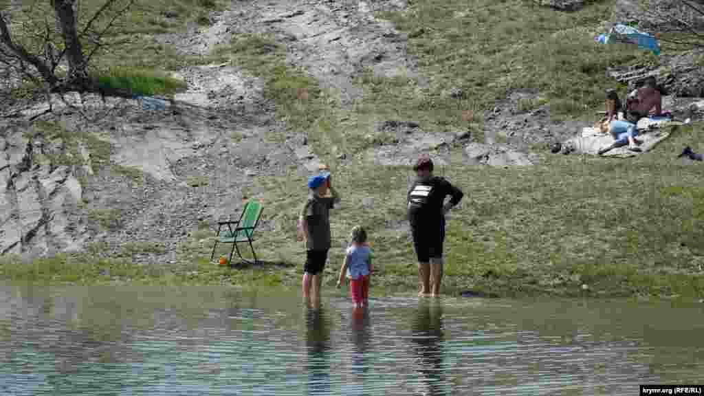 Малыши по примеру бабушки тоже забрались в воду