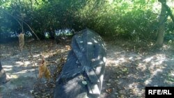 Цяпер скульптура ляжыць пад дрэвам.