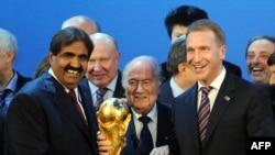 Слева направо: эмир Катара Хамад бен Халифа аль-Тани, тогдашний президент ФИФА Сепп Блаттер и заместитель председателя правительства России Игорь Шувалов после решения о предоставлении России и Катару права проведения чемпионатов мира по футболу, 2 декабря 2010 года.