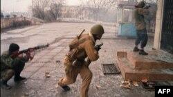 Солдаты Ичкерии отражают нападение российских войск во время первой Русско-Чеченской войны, 5 января 1995 года