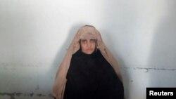 Шарбат Ґула нині ревна мусульманка, та пакистанські слідчі змусили її для фото підняти з обличчя бурку, якої вона ніколи не знімає при сторонніх
