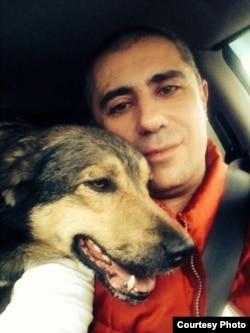 Игорь Айрапетян везет спасенного пса