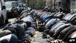 Пятничная молитва на одной из улиц Парижа.