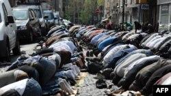 Пятничная молитва мусульман в Париже.