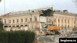 Миллий кутубхонанинг Тошкент қалбидаги биносига 2003 йили булдозер солинган эди.