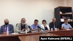 Члены общественной комиссии, созданной после смерти жителя села Ащысай Алматинской области Нурлана Ахметова. Алматы, 4 сентября 2020 года.
