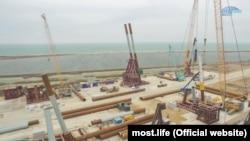 Возведении свайных фундаментов моста через Керченский пролив