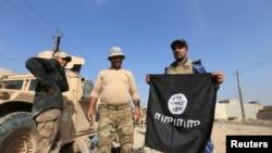 Irački vojnici sa zaplenjenom zastavom IDIL-a u toku bitke za Mosul