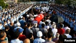 На похоронах сотрудника полиции, погибшего при попытке военного переворота. Анкара, 18 июля 2016 года.