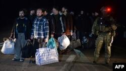 Український силовик поряд з колоною звільнених представників угруповання «ДНР»