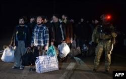 Волонтеры помогают не только военным, возвращающимся из зоны АТО в рамках ротации, но и тем, кто был освобожден из плена сепаратистов (на фото)