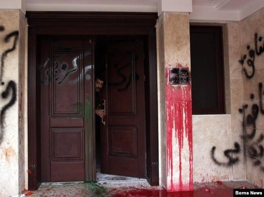 تصویری از حملات  گذشته مهاجمان و لباس شخصی های وابسته به دستگاه های امنیتی ایران به منزل  مهدی کروبی