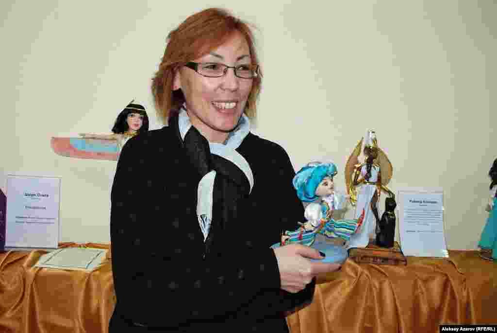 Для экономиста Гаухар Игликовой из Алматы авторская кукла тоже хобби, которым она занимается три года. За это время она изготовила семь кукол. Незаконченных, по ее словам, их у нее «целый чемодан». Умению делать куклы училась на курсах. На выставке она представила работу «Маленький Мук».