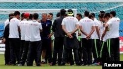 کیروش در میان اعضای تیم ملی فوتبال ایران در برزیل