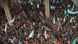 Линия разделения пророссийских и проукраинских демонстрантов в Симферополе 26 февраля 2014 года