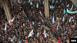 Протесты у здания парламента Крыма в Симферополе