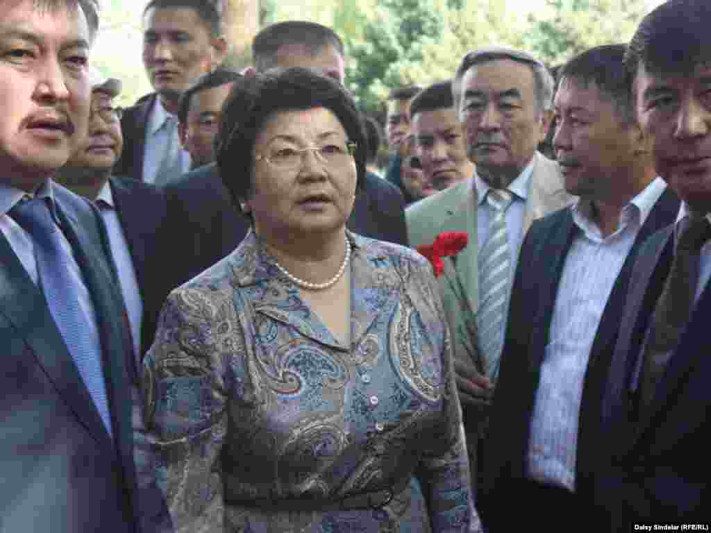 Kyrgyz President Roza Otunbaeva arriving in Osh.Photo by RFE/RL's Daisy Sindelar