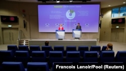 Avropa Komissiyasının Prezidenti Ursula von der Leyen (solda) mətbuat konfransı keçirir, arxiv fotosu