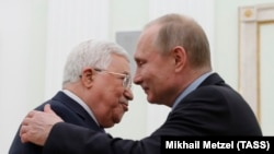 Vladimir Putin (dreapta) îmbrățișându-l pe președintele Mahmud Abbas la Kremlin