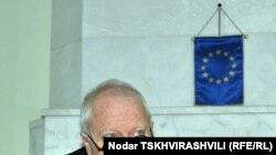 Пресс-конференцию Томмас Хаммарберг начал с шутки о том, что в Тбилиси на этот раз приехал не из Цхинвали, как обычно, а из Страсбурга