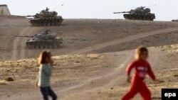 Suriya ilə sərhəddə Türkiyə tankları.