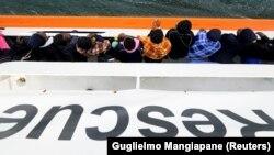 Куткаруучу кеменин бортундагы мигранттар. 10-июнь, 2018-жыл.