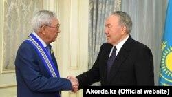 Первый президент Казахстана Нурсултан Назарбаев награждает общественного деятеля Мырзатая Жолдасбекова орденом «Барыс» I степени. 30 мая 2017 года.