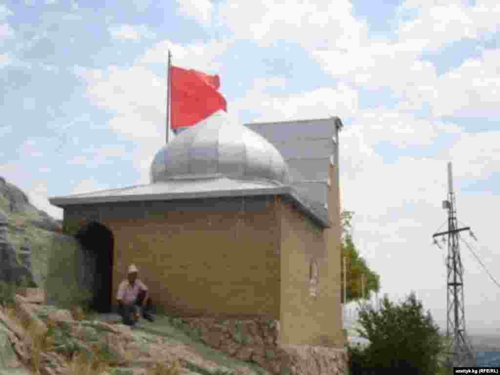Отреставрированный молельный домик Бабура, основателя империи Моголов. Одна из главных достопримечательностей южной столицы.