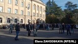 Сегодня с утра к зданию администрации президента снова пришли жители села Тамыш, вскоре к ним стали подтягиваться жители других районов Абхазии