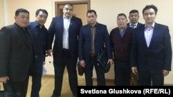 Адвокат Бауыржан Азанов (второй слева) с шестью своими представителями в городском суде. Астана, 29 марта 2016 года.