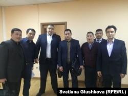Адвокат Бауыржан Азанов (второй слева) с шестью своими представителями в городском суде «по делу о портфеле». Астана, 29 марта 2016 года.