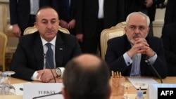 Түркиянын тышкы иштер министри Мевлүт Чавушоглу менен Ирандын тышкы иштер министри Жавад Зариф.