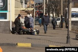 Стыхійны гандаль украінскімі прадуктамі на вуліцах Гомля