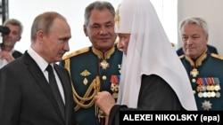 Rusiya Prezidenti Vladimir Putin (solda), Müdafiə naziri Sergei Shoigu (ortada) və Patriarx Kirill