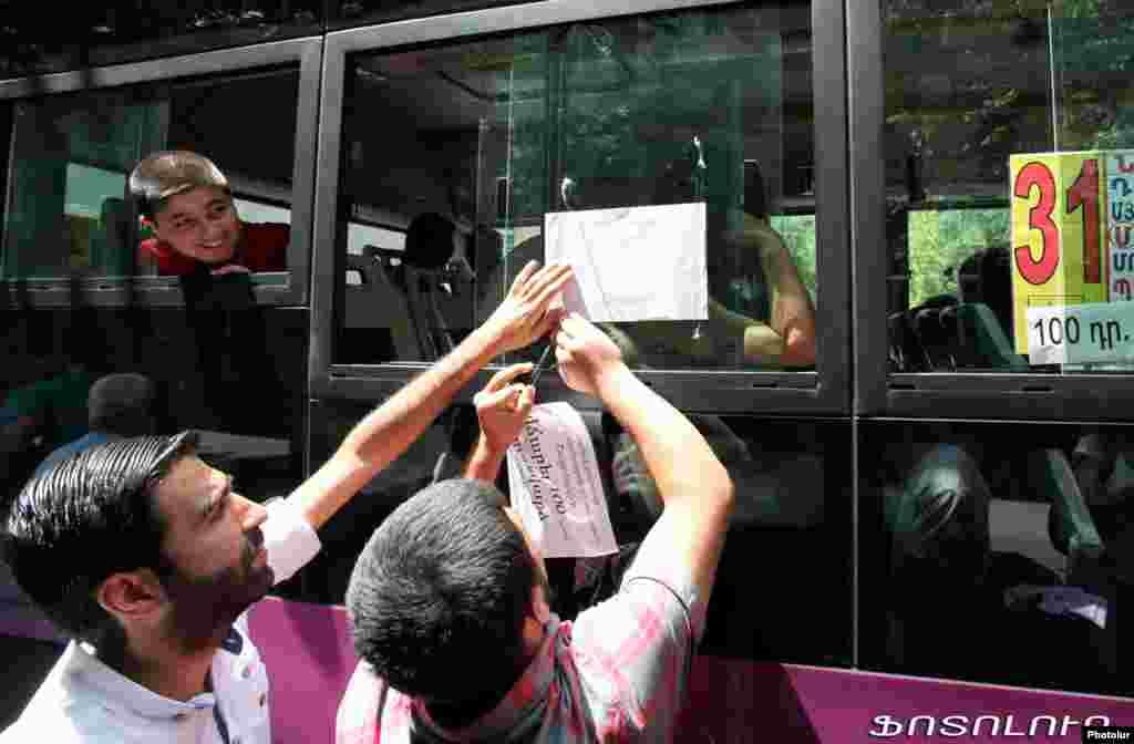 Gənclər avtobuslara stikerlər yapışdıraraq insanları məlumatlandırıblar