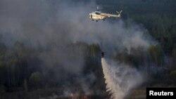 Рятувальники гасять пожежу в зоні відчуження, 28 квітня 2015 року