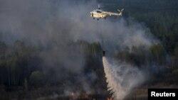 Гасіння вертольотом пожежі в Чорнобильській зоні відчуження, 28 квітня 2015 року (фото Андрія Кравченка)