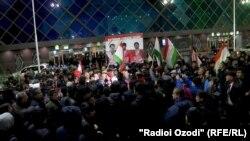 Хушкадама Хусравова в аэропорт Душанбе пришли встречать сотни жителей столицы