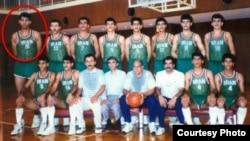 ایرج خدری با دایره سرخ در سمت چپ تصویر مشخص شده است. عکس مربوط به زمان حضور خدری در تیم ملی در اوائل دهه ۹۰ میلادی است.