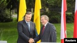 Президент України Віктор Янукович і Президент Польщі Броніслав Коморовський