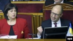 Міністр фінансів Наталія Яресько та прем'єр-міністр України Арсеній Яценюк в урядовій ложі парламенту, 24 грудня 2015 року
